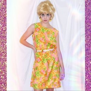 Yellow housewife 60s vintage dress with flowers